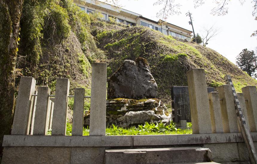 不動滝横の石