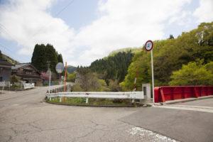 相滝へ行く赤い橋