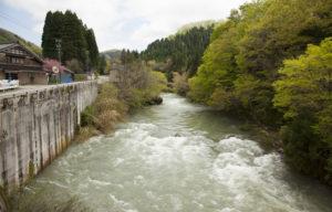 相滝へ行く赤い橋からの景色