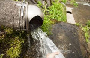 神子清水の滝で水汲み