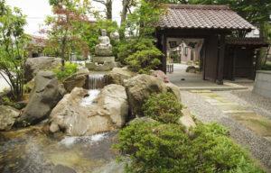 行善寺お寺の滝