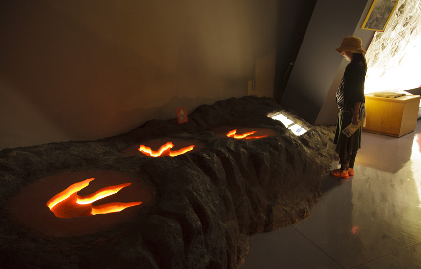 恐竜の光る足跡