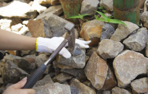化石掘り石を割る