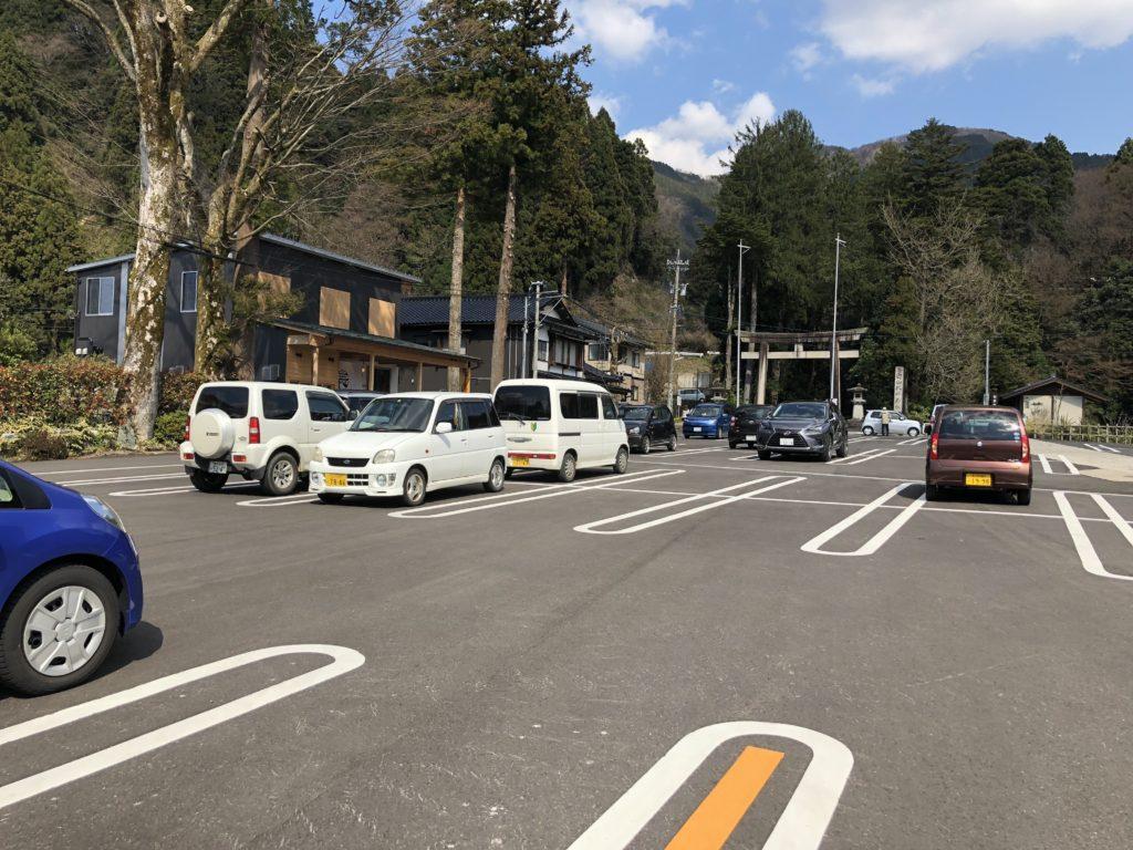綺麗に舗装された駐車場
